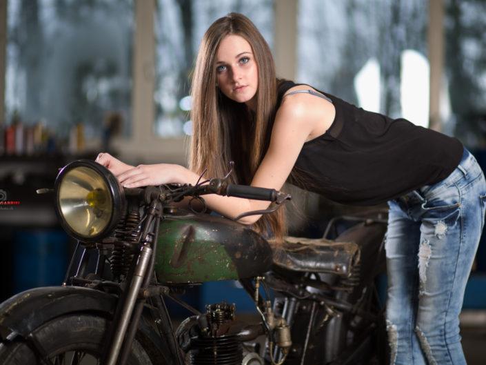 Luisa und die alten Motorräder